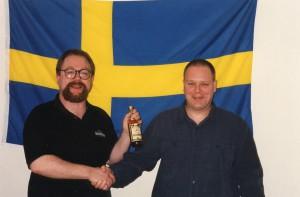 Se så glad Håkan Sjögren (till vänster) är när han skakar tass med Peter Söderberg.  Inte undra på det när Peter bjuden på drickat.