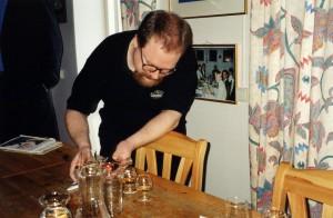 Spiller eller sölar Håkan med de sista dropparna av Skeppets Whisky? Döm själv.  Lägg märke till tavlan i bakgrunden, här verkar det festas ofta.